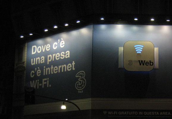 Maxi affissione nel centro di Milano per H3G